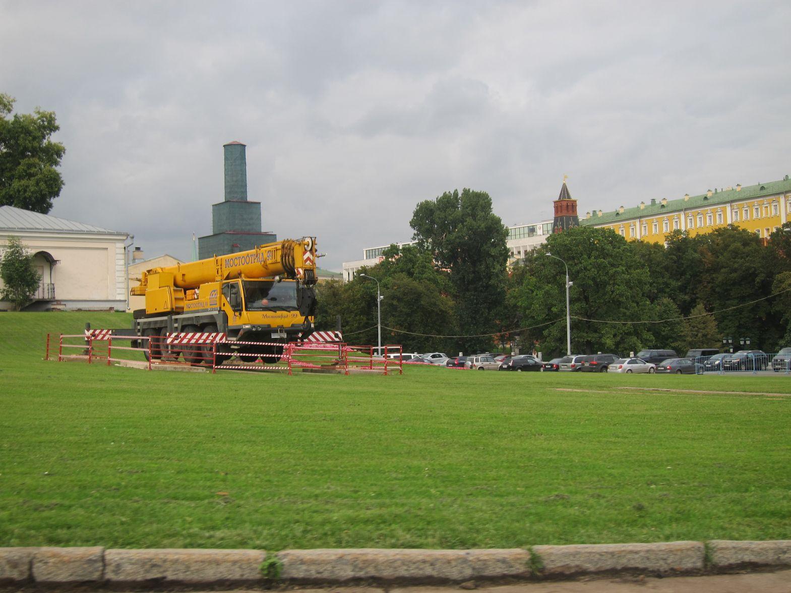 Строительный кран на Боровицкой Площади в Москве 10 сентября 2015